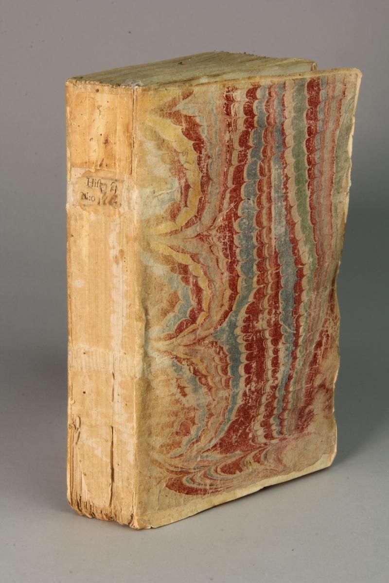 "Bok, häftad, ""Histoire de Philippe, roi de Macedoine et père d'Alexandre le grand."" del 1, tryckt i Paris 1740. Pärmar av marmorerat papper, oskuret snitt."