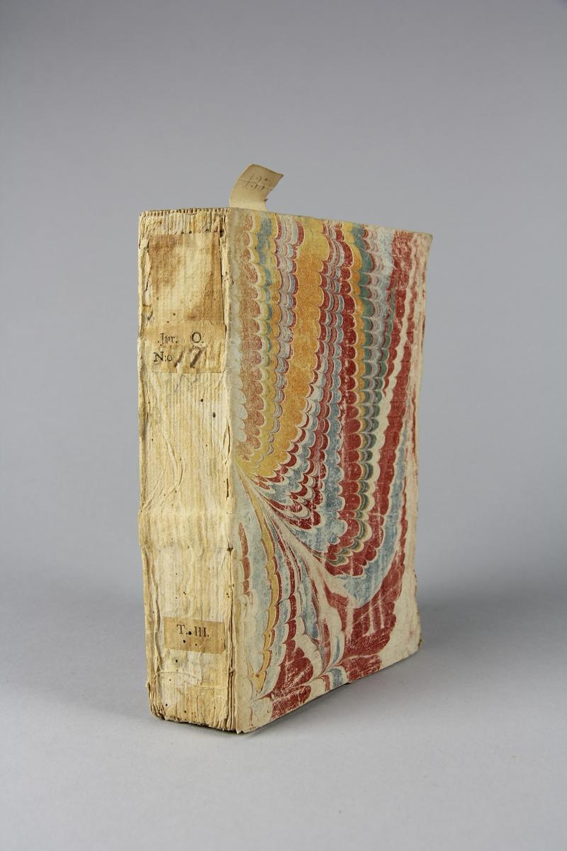 """Bok, häftad, """"Causes celèbres et interessantes"""", del 3, tryckt 1735 i Haag. Pärm av marmorerat papper, oskuret snitt. Blekt rygg med pappersetikett med volymens namn, oläsligt, och samlingsnummer."""