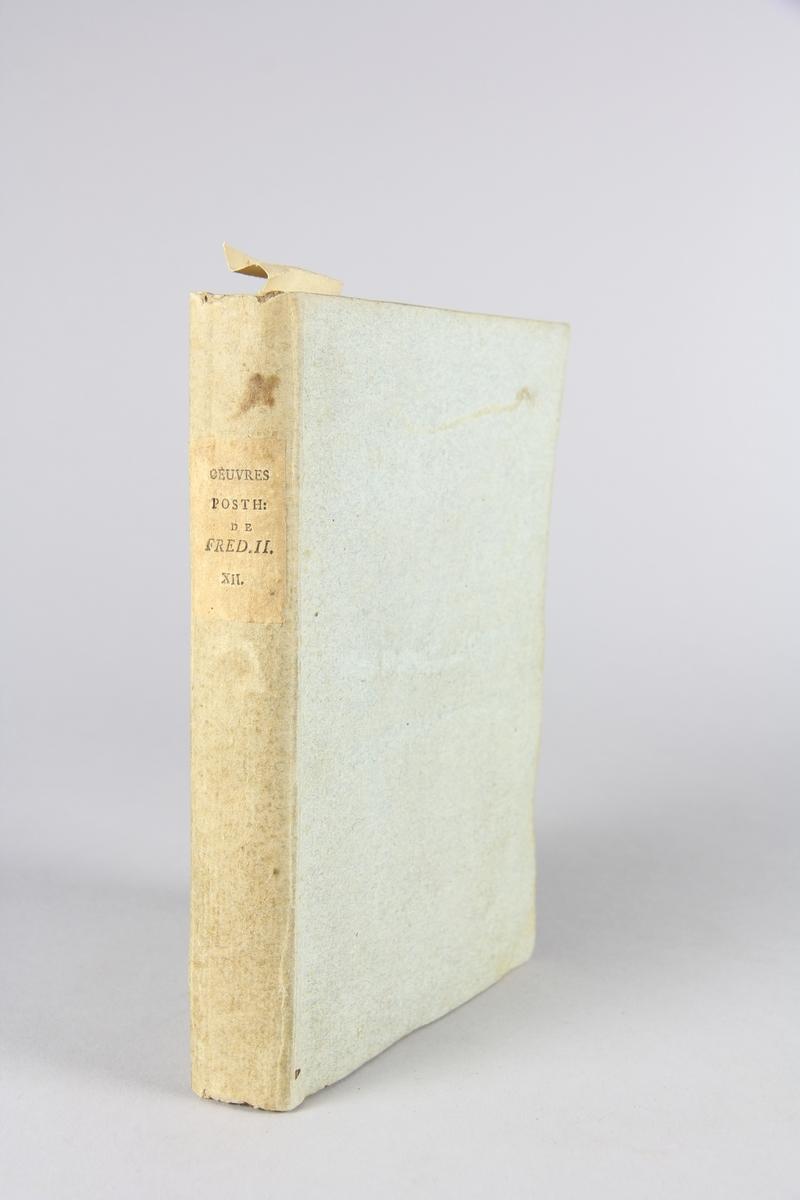 """Bok, häftad, """"Oeuvres posthumes de Frederic II, roi de Prusse"""", del 12. Pärmar av grågrön papp, skuret snitt. Samlingsnummer samt etikett med titel."""