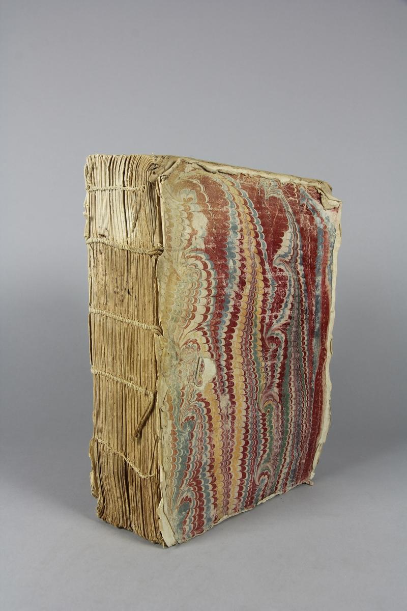 """Bok, häftad, """"Vie du cardinal d'Amboise, premier ministre de Louis XII"""". Pärmar av marmorerat papper, skadad rygg. Anteckning om inköp."""