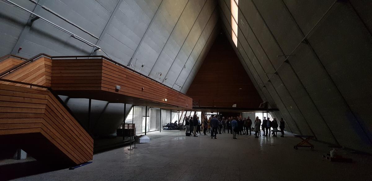 interiør i båthallen. Gruppe med mennesker inni et pyramide bygg.