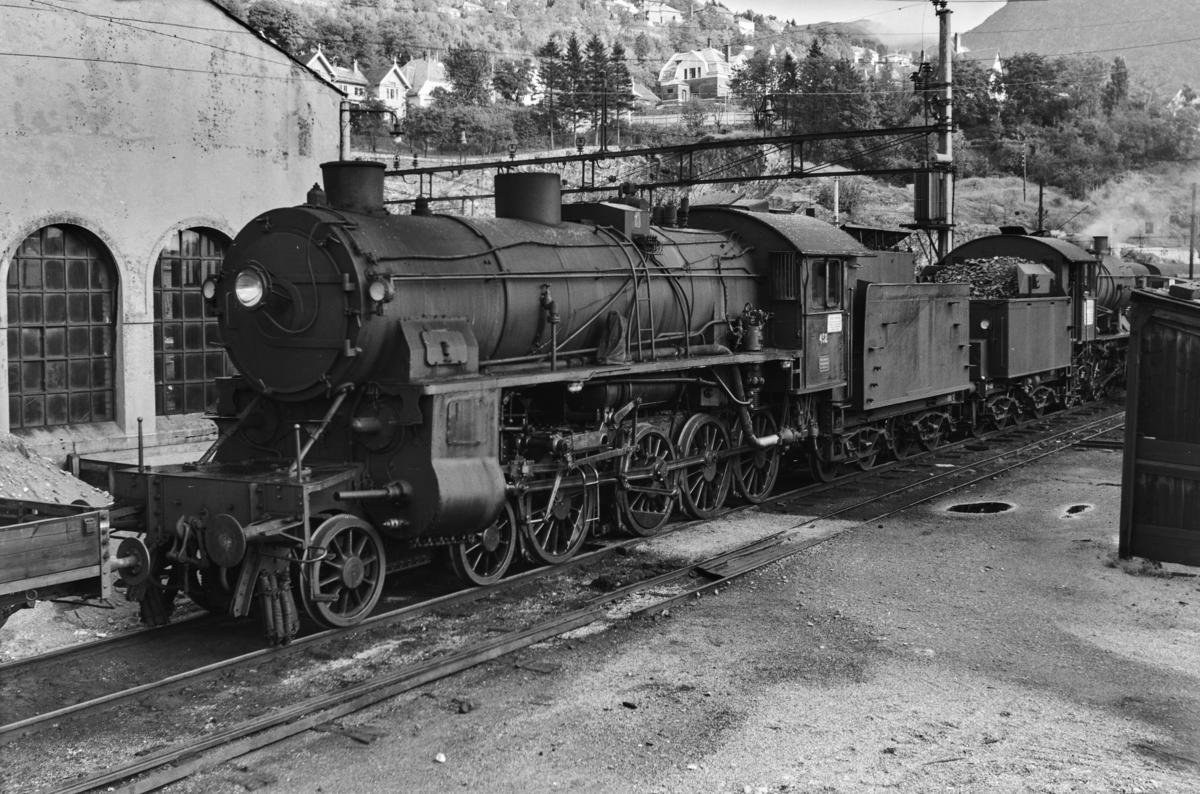 Damplokomotiv type 31b nr. 452 ved lokomotivstallen i Bergen.