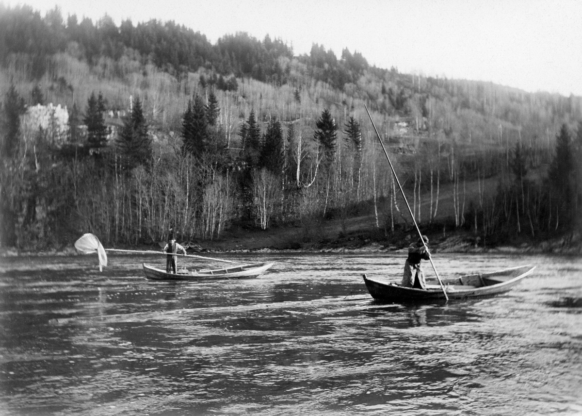 Stokkhåvfiske etter lågåsild  (Coregonus albula) i den nedre delen av Gudbrandsdalslågen, i daværende Fåberg kommune.  Fotografiet er tatt tidlig på 1900-tallet.  Det viser to fiskere i hver sine båter – «åfløyer».  Farkostene ligger oppankret ved stokker som er festet i steinrøyser i elveløpet, og som hadde jernbeslag for fortøying.  Stokkhovfisket foregikk på 4-6 meters djup, og følgelig brukte fiskerne håver som hadde 6,5-8,5 meter lange skaft («rauner»).  Drettene startet fra en posisjon i forstavnen i båten, der fiskeren stakk hoven skrått ned i vannmassene i motstrøms retning.  Deretter førte han «håvhugguet» langs elvebotnen, litt raskere enn strømhastigheten, mens han gikk bakover i båten.  Når fiskeren ikke nådde lengre, dro han håven opp i vannskorpa igjen, samtidig som han vred litt på rauna, slik at eventuell lågåsild i «påsan» ikke fikk noen mulighet til å unnslippe.  På dette opptaket ser vi to faser av stokkhåvdretter.    Bildet er åpenbart «arrangert» i den forstand at stokkhåven aldri ble brukt i dagslys.  Denne fiskemetoden gav bare fangster i kvelds- og nattemørke.  Med det tidlige 1900-tallets fotoutstyr og glassplatefilm var det imidlertid umulig å få gode kveldsopptak av slike aktiviteter.  Ferskvannsbiologen og fotografen Hartvig Huitfeldt-Kaas (1867-1941) må derfor ha overtalt noen av sine fiskervenner til å vise teknikken på ei tid av døgnet da det var mulig å gjøre friluftsopptak på elva.  Deler av Huitfeldt-Kaas' egen beskrivelse av stokkhåvfisket er gjengitt under fanen «Opplysninger».  Fotografiet er brukt som illustrasjon på side 73 i boka «Mjøsens fisker og fiskerier» (1917).