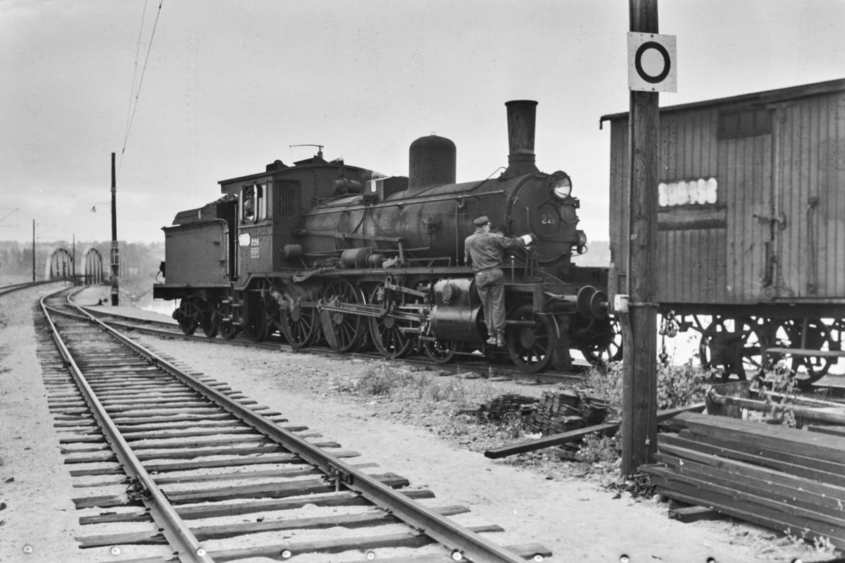 Skifting med damplokomotiv type 18c nr. 226 på Hamar stasjon.