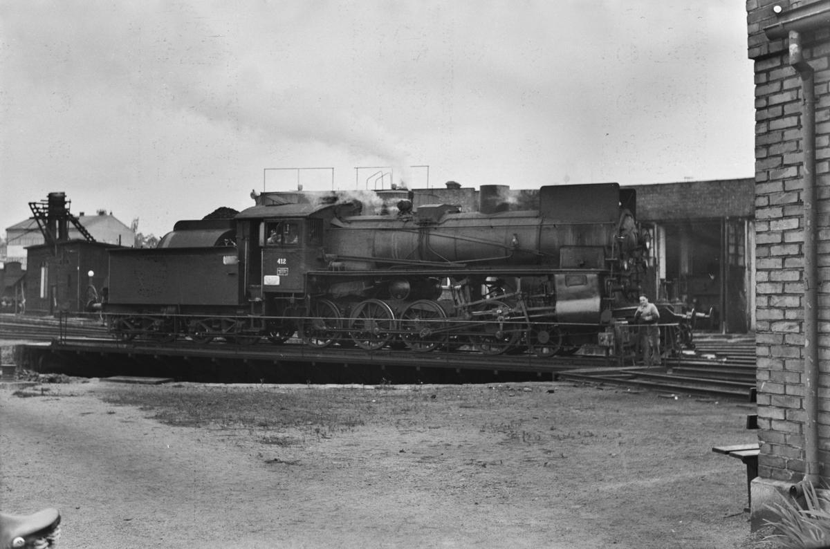 Damplokomotiv type 26c nr. 412 på svingskiven ved lokomotivstallen på Hamar stasjon.