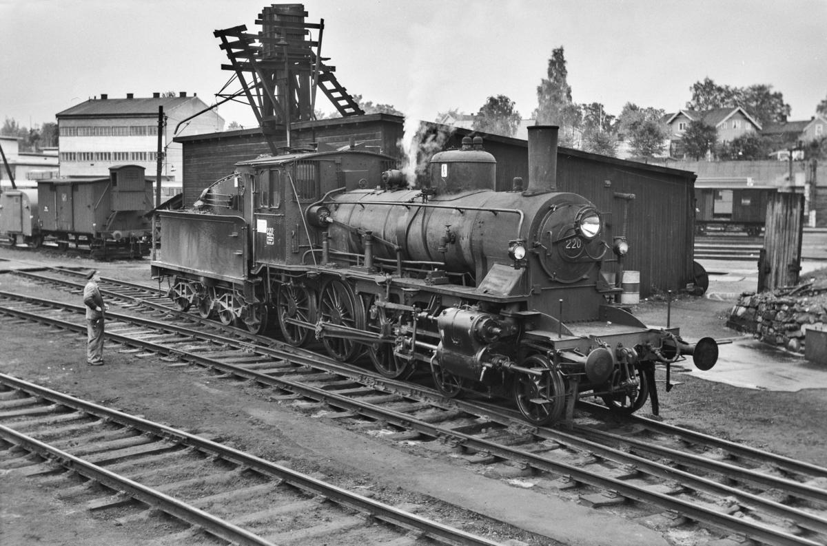Damplokomotiv type 27a nr. 220 på Hamar stasjon.