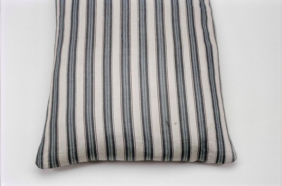 Kuddvar i linne, randigt i mörkt och ljust blått samt vitt.