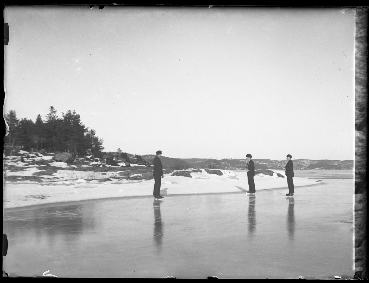 Hugo, Windician (troligen Westerdahl) och Gösta (troligen Larsson) åker skridskor på Mjörn. Alla tre bär mörka sportkostymer och ljusa polotröjor.