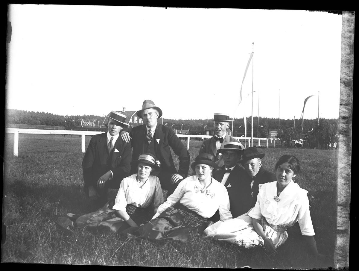 """Gruppbild på fem män och tre kvinnor vid idrottsplatsen. I fotografens beskrivning står det """"Hallgren mfl"""""""