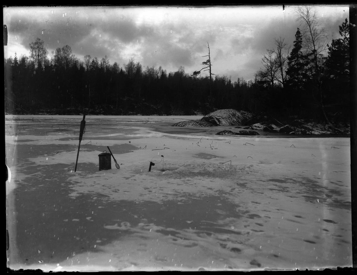 Is, snö och fiskeredskap på Stora Krökingen.