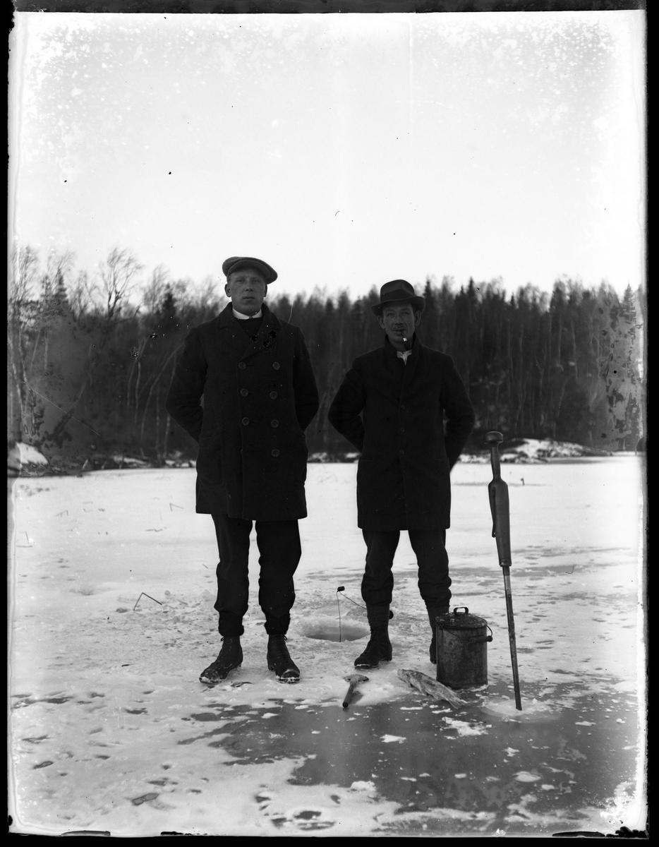 Janne och Tell vinterfiskar på Stora Krökningen.