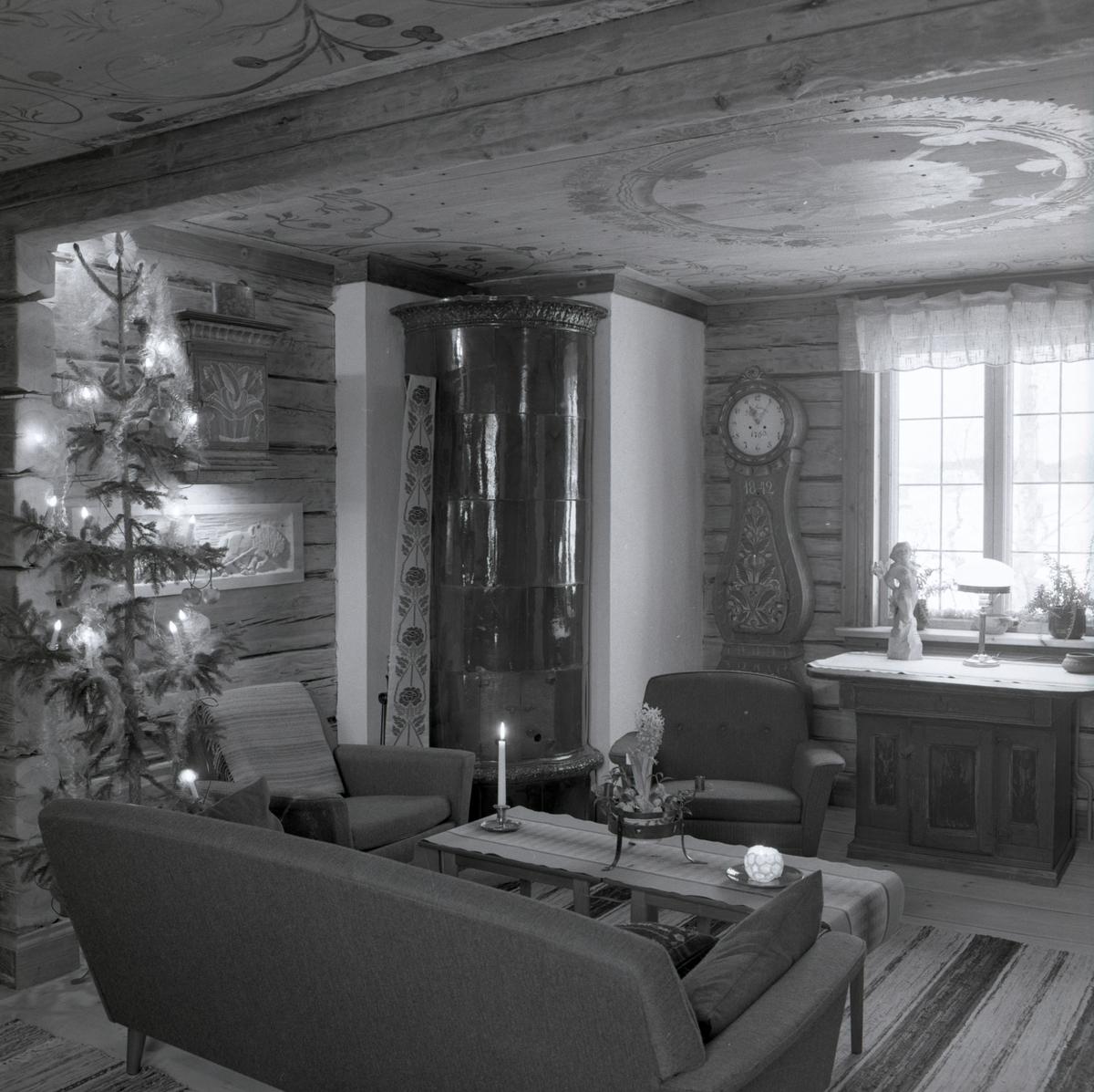 Ett rum med kakelugn och julgran på gården Sunnanåker, januari 1970.