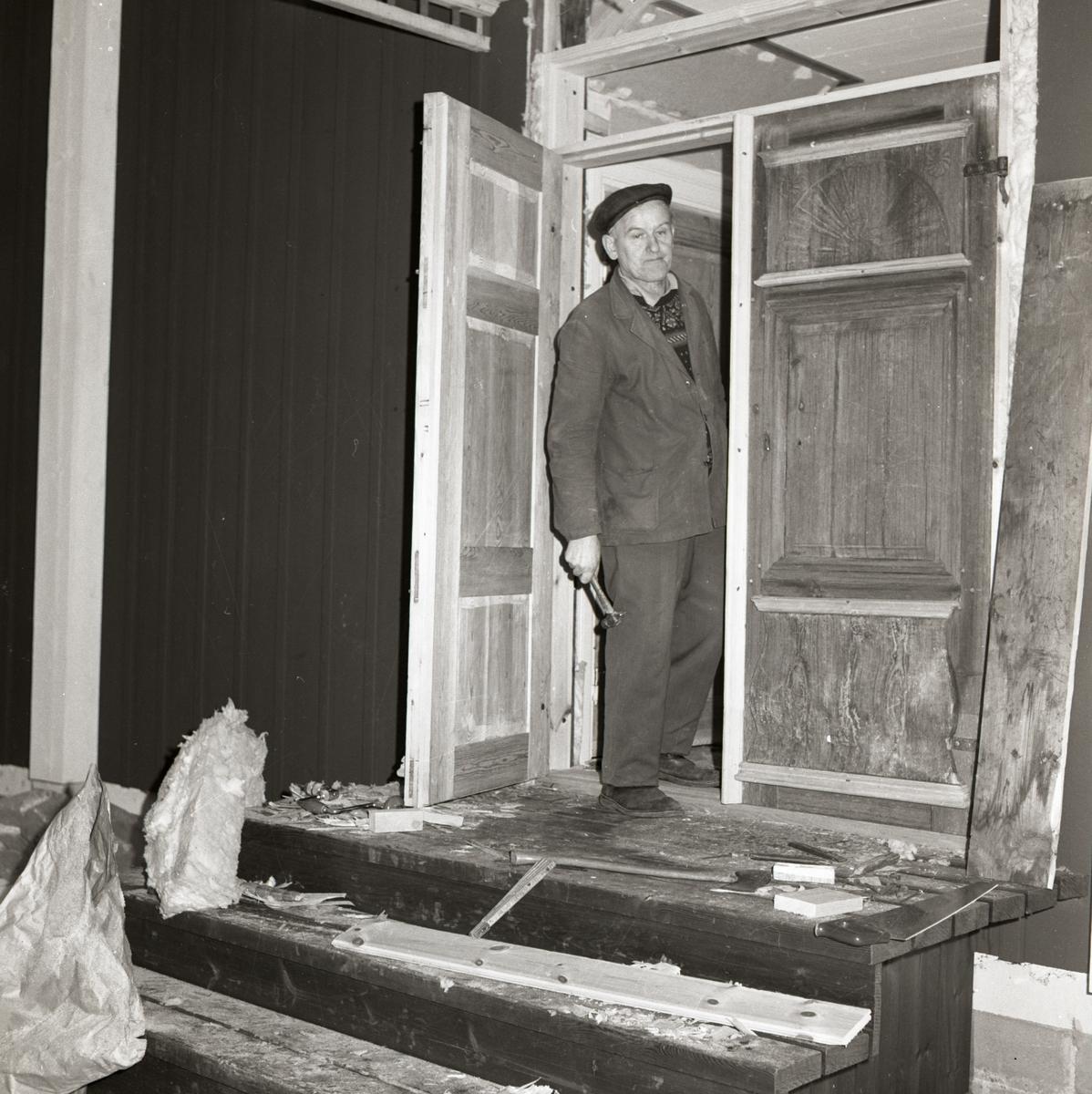 En man står i en dörröppning, 1967-68.