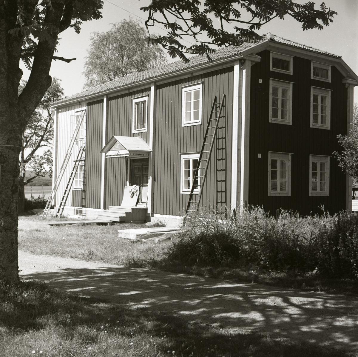 Bostadshuset vid gården Sunnanåker under pågående målningsarbete.