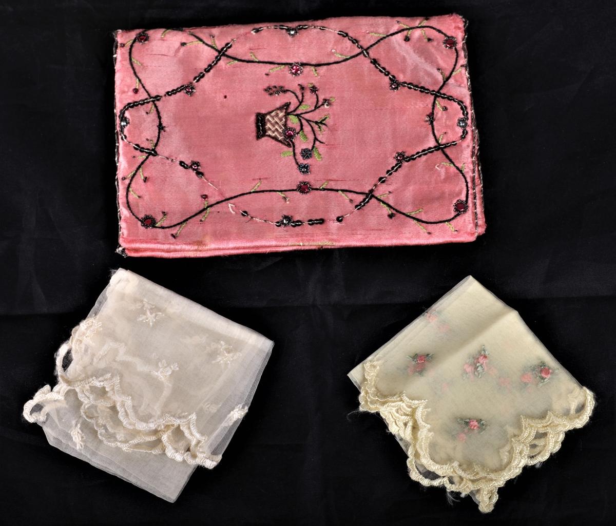 Veske til å oppbevare lommetørkler (også omtalt som mappe). Rosa silke brodert med farget tråd, perler og paljetter. a) veske, b) lommetørkle med rosa broderte blomster, c) lommetørkle med hvite broderte blomster.