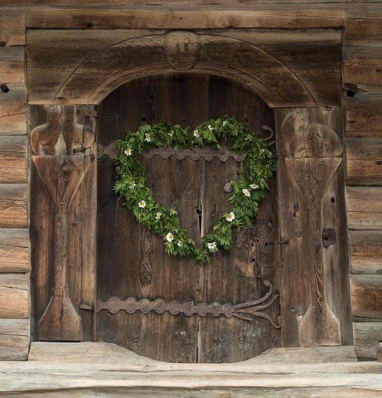 Dør fra middelalderloftet Søndre Tveito på Norsk Folkemuseum, pyntet med hjerteformet løvkrans