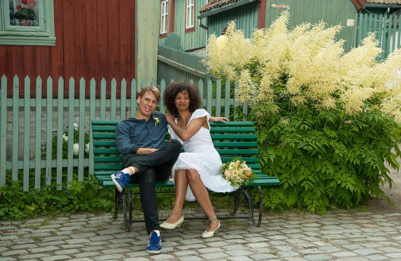 Tidenes bryllup på Norsk Folkemuseum, brudepar på benk på Enerhaugen
