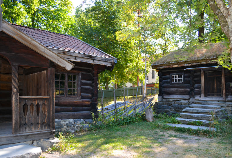 Tidenes bryllup på Norsk Folkemuseum, fra Hallingdalstunet med tømmerbygninger i grønne omgivelser (Foto/Photo)