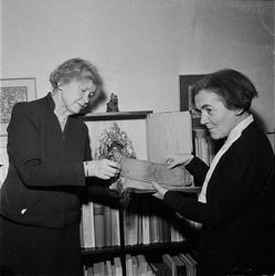 Ruth Svensson och Toni Schmid med den tibetanska ödesboken s