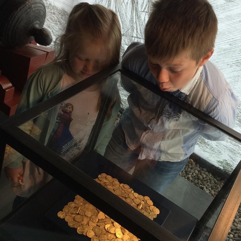 Barn ser på Rundeskatten (Foto/Photo)