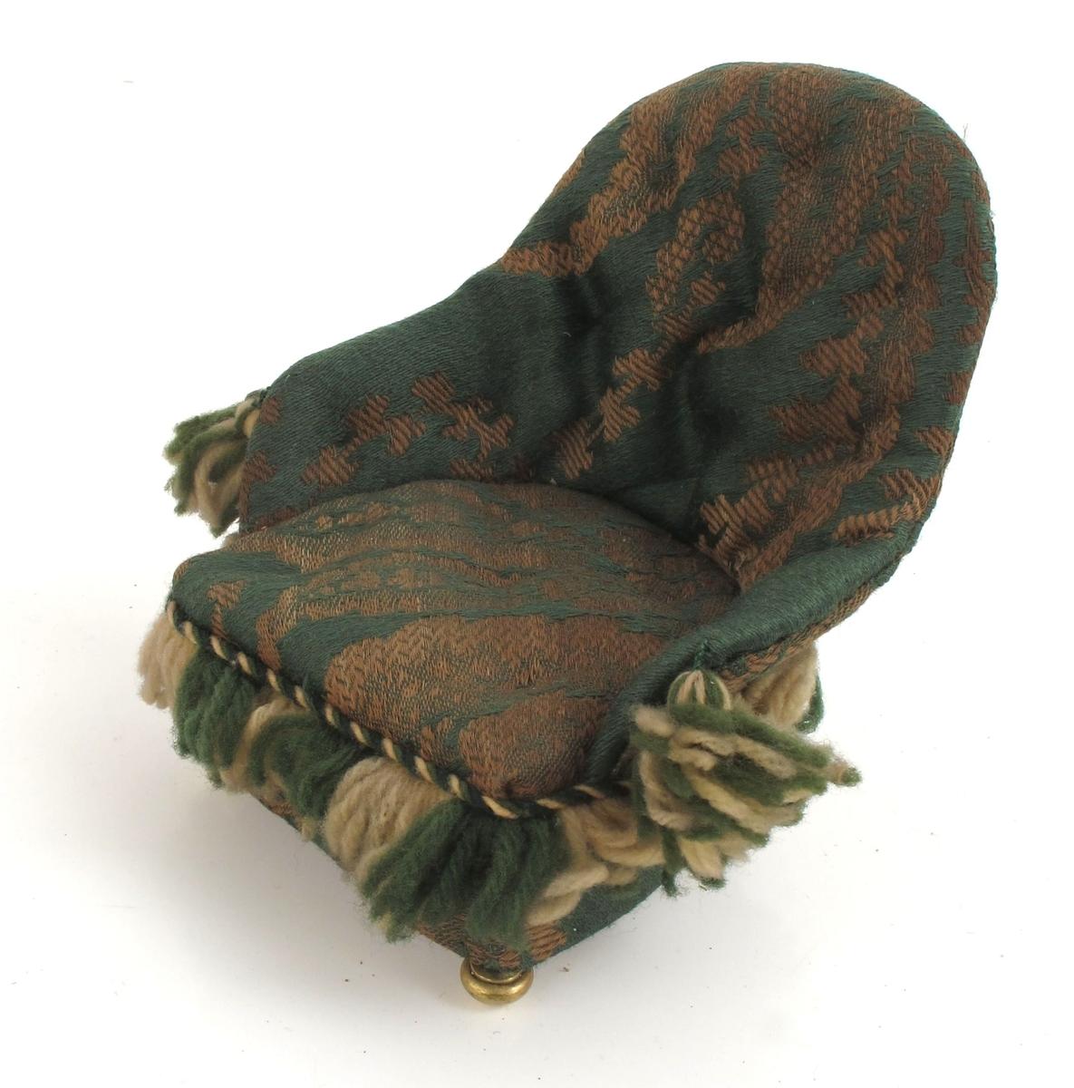 Lenestol trukket med lysebrun, mønstret grønn ulldamask.