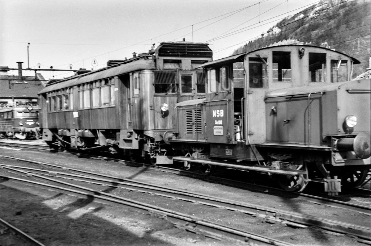 Dieselmotorvogn litra Bmdo 83 36 og skiftetraktor litra Skd 214 100 ved lokomotivstallen i Bergen.