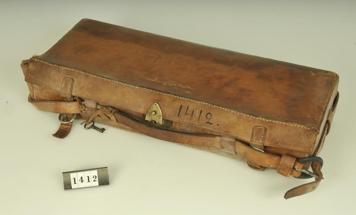 Inom läderväska.  Instrumenten i fråga har förut ägts av inom Alingsås verkande läkarna: Högselius, Berger och Nystedt.