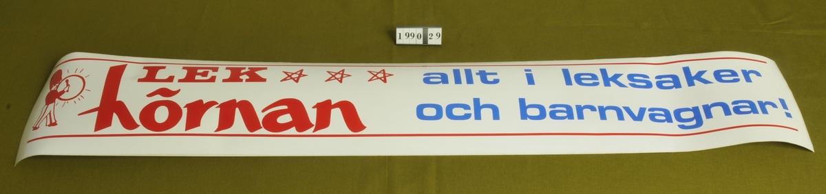 """Reklam för Lekhörnan, Alingsås.  """"Lekhörnan, allt i leksaker och barnvagnar!"""" Röd och blå text mot vit botten.  Användningsområde: att fästa på bilen, e d."""