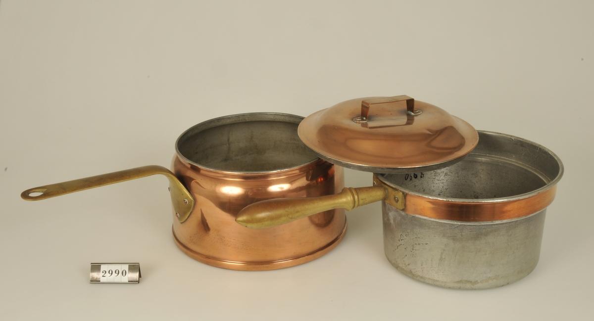 Dessa grötkokare var vanliga vid sekelskiftet 1900 innan de ångpreparerade grynen mera allmänt kommit i marknaden. Den var praktisk därigenom att gröten hölls varm i ytter- kastrullens vatten.  Användes i frk. Anna Norlanders hem.