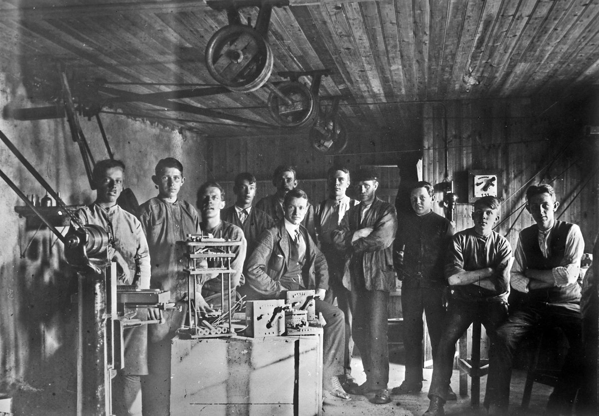 AB Elektro-Apparat, grundat 1916. Interiör med de anställda i företagets första lokal på Skepparegatan i det s k Hampens hus.