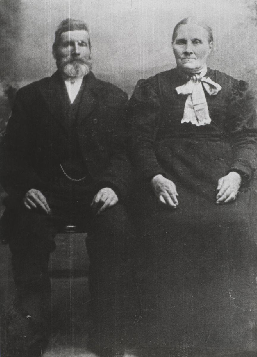 Leirfjord, Simsø. Peder Johan Jensen ble født på Simsø i 1844 og døde samme sted i 1926. Hanna Zahl Jakobsdatter ble født i Holmvika i 1848 og døde på Simsø i 1928. De giftet seg i 1868. De fikk fem barn som nådde voksen alder, fire døtre og en sønn. To av døtrene utvandret til Seattle-området i USA. I tillegg mistet de tre døtre i løpet av to uker under en skarlagensfeberepedimi i september 1882. Se også bilde LEF.F.00421