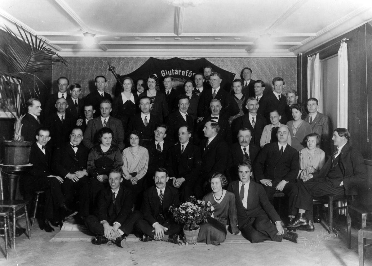 En gruppbild på Svenska Gjutareförbundets Alingsåsavdelning bestående av 9 st kvinnor och 32 män.