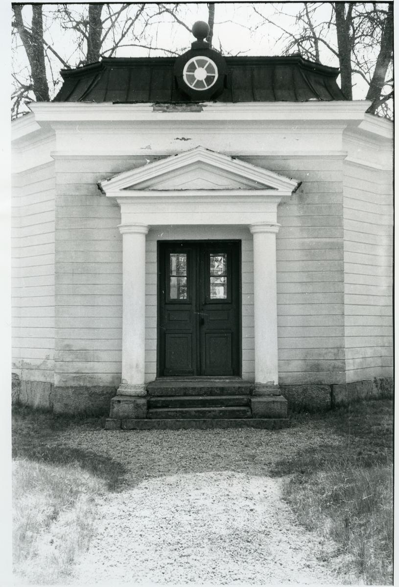 Gunnilbo sn, Färna herrgård.  Exteriör av lusthuset, pelare och tympanon vid dörren.