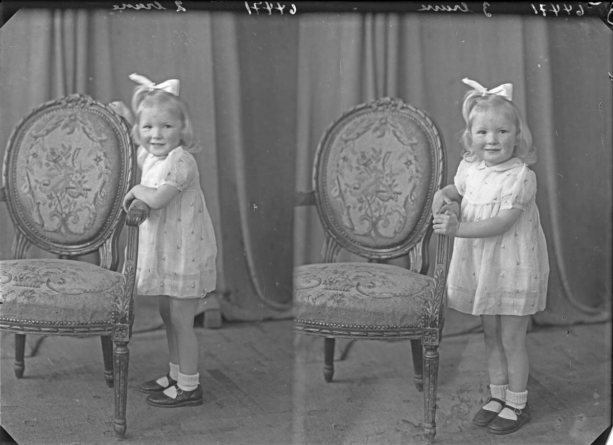 Portrett. Ung lyshåret pike i kort lys sommerkjole med lys sløyfe i håret. Bestilt av Marit Hesvik. Spanneveien