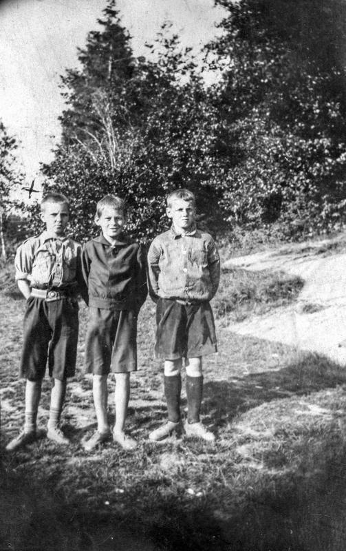 Sommerferie i Høysand i Skjeberg juli 1925. Fra venstre: Ole Thoresen, Karl Paulsen f. 1913 og Kåre ?. Ole var fetter av Karl, og Kåre en kamerat av Karl. Karl bodde hos tanta si i Høysand. ØFB.2017-00262.