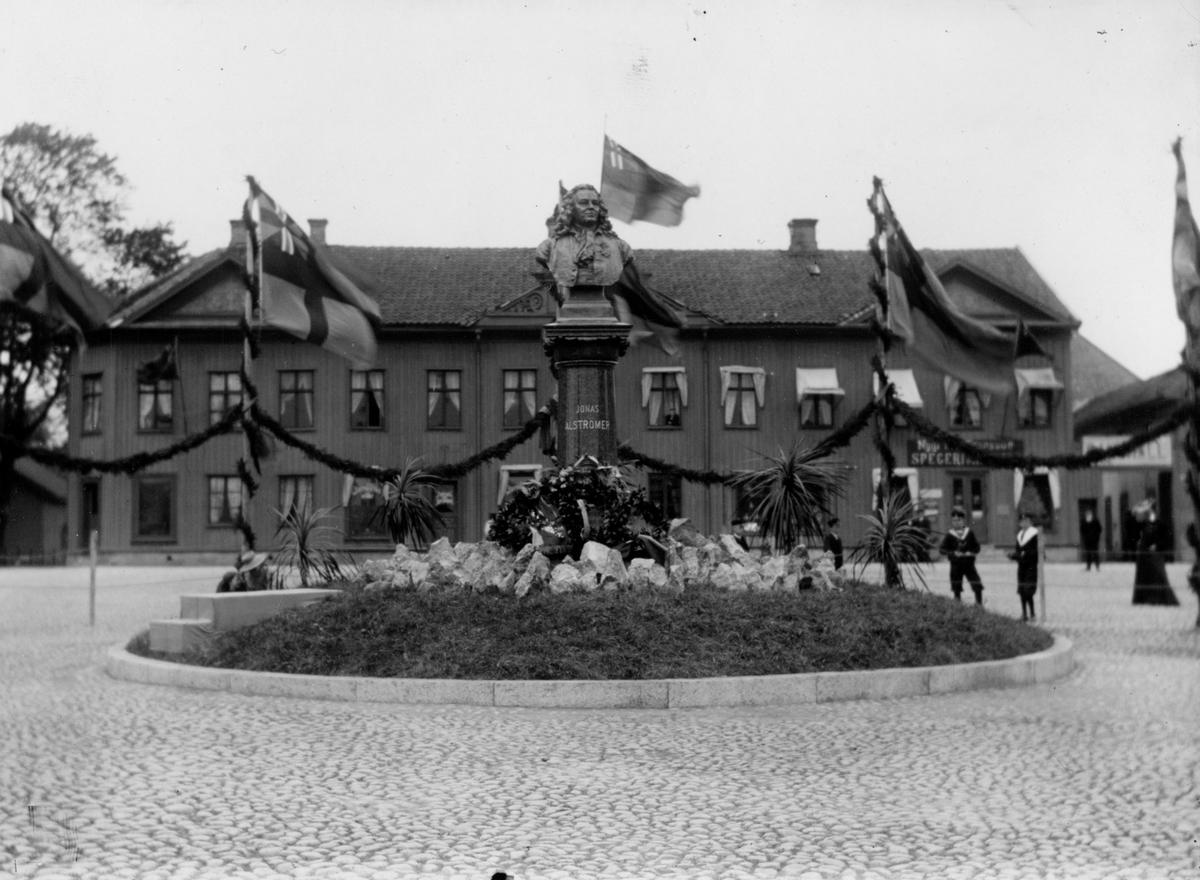 Bysten av Jonas Alströmer som avtäckt den 2 juni 1905 på Stora Torget i Alingsås.