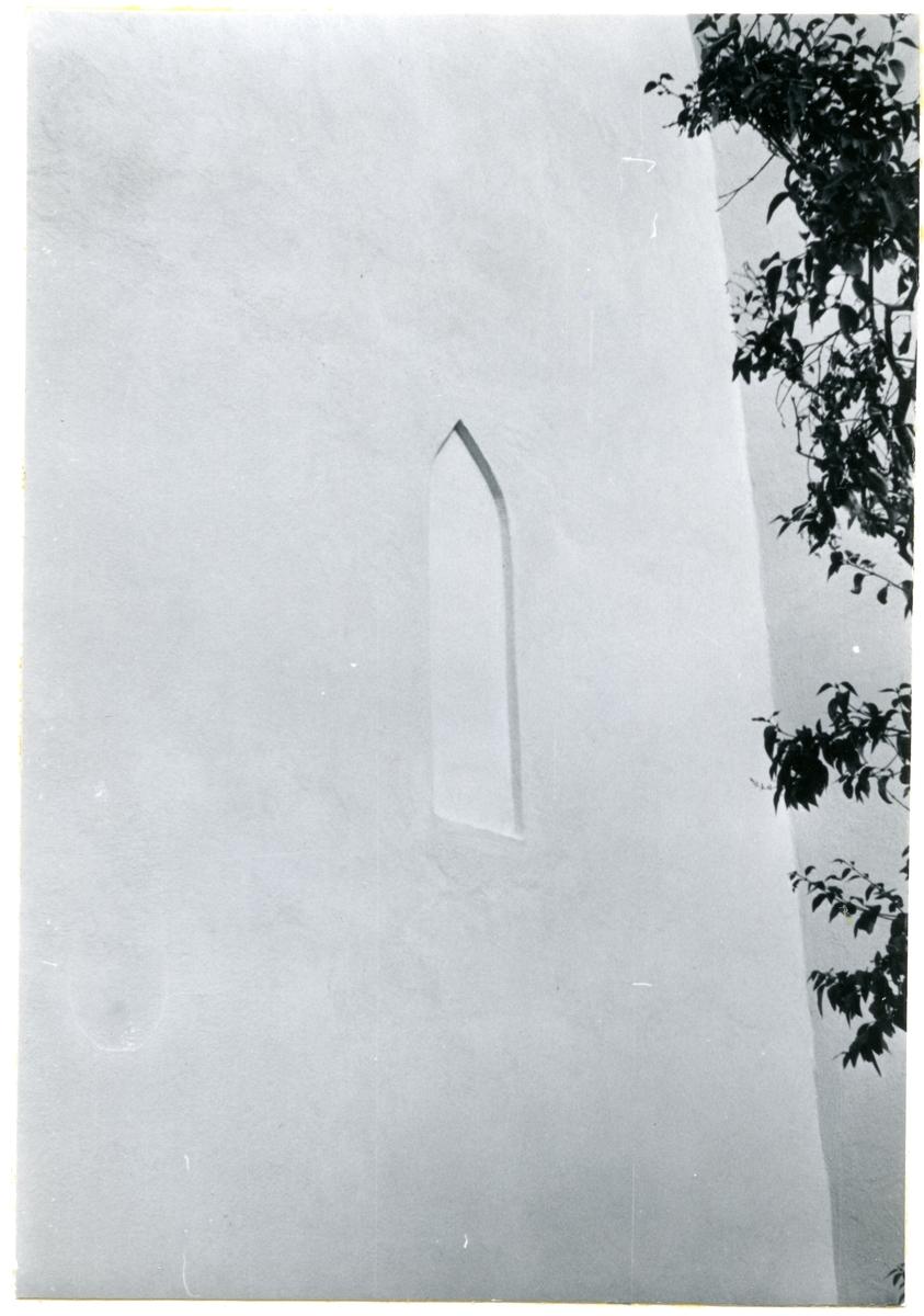 Götlunda sn, Götlunda kyrka.  Del av väggen med blindfönster. 18/8 1959.
