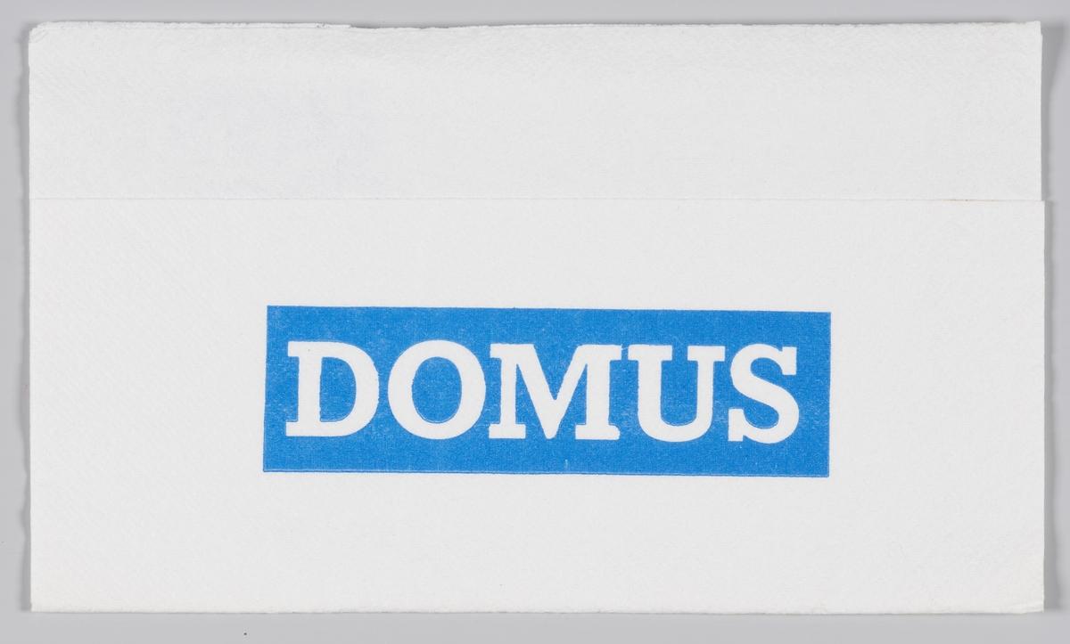 En mann med en bredbremmet hatt og reklame for Domus, Coop kaffe og Per magarin.  Samme reklame på MIA.00007-004-0217 til MIA.00007-004-0221.  Samme reklametekst på MIA.00007-004-0216.