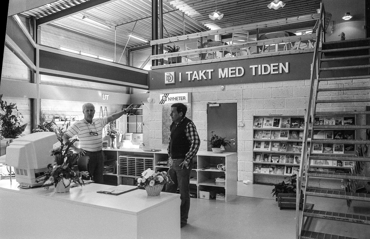 Brødrene Dahl A/S etablerer seg på Dynofeltet i Ski. Kontor og lager for VVS-utsyr. Rør i forskjellige dimensjoner er lagret ute. Avdelingsleder Kjell Olsen fra Holstad og lagerleder Svein Jacobsen fra Ski.