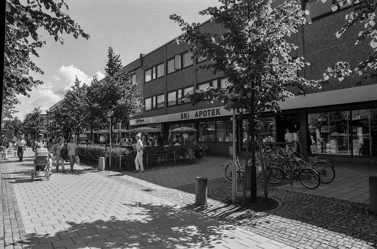 Idrettsveien / gågaten i Ski. Forretningsgården Parkaksen. Fotograf: ØB Ukjent