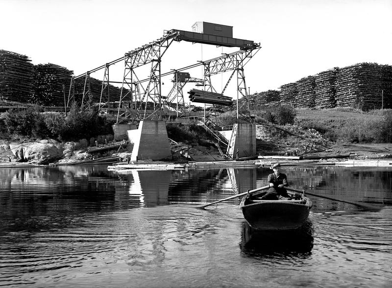 Eksempel på fotografi fra Borregaard-samlingen. Borregaard fabrikker med kran for opptak av sagtømmer, Opsund i Sarpsborg 1939. (Foto/Photo)