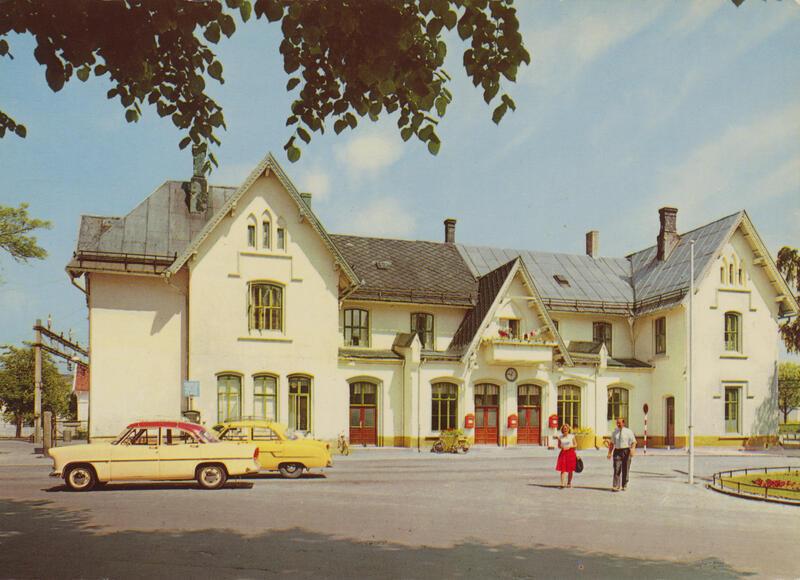 Fredrikstad jernbanestasjon, postkort ca. 1957-60. Nærmeste bil er en Fransk Ford Vedette 1955-57 eller Simca Ariane 1957-61. Bak: Opel Kaptein (Kapitän) 1956-57. (Foto/Photo)