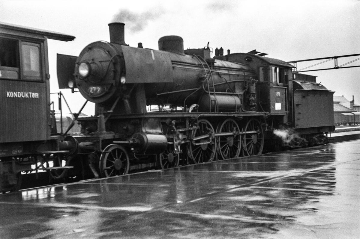 Damplokomotiv type 30a nr. 272 med persontog på Trondheim stasjon.