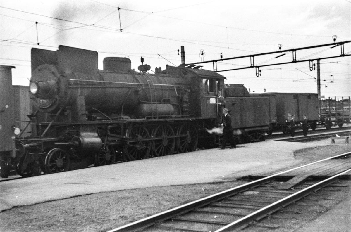 Damplokomotiv type 30a nr. 271 med godstog på Hamar stasjon.