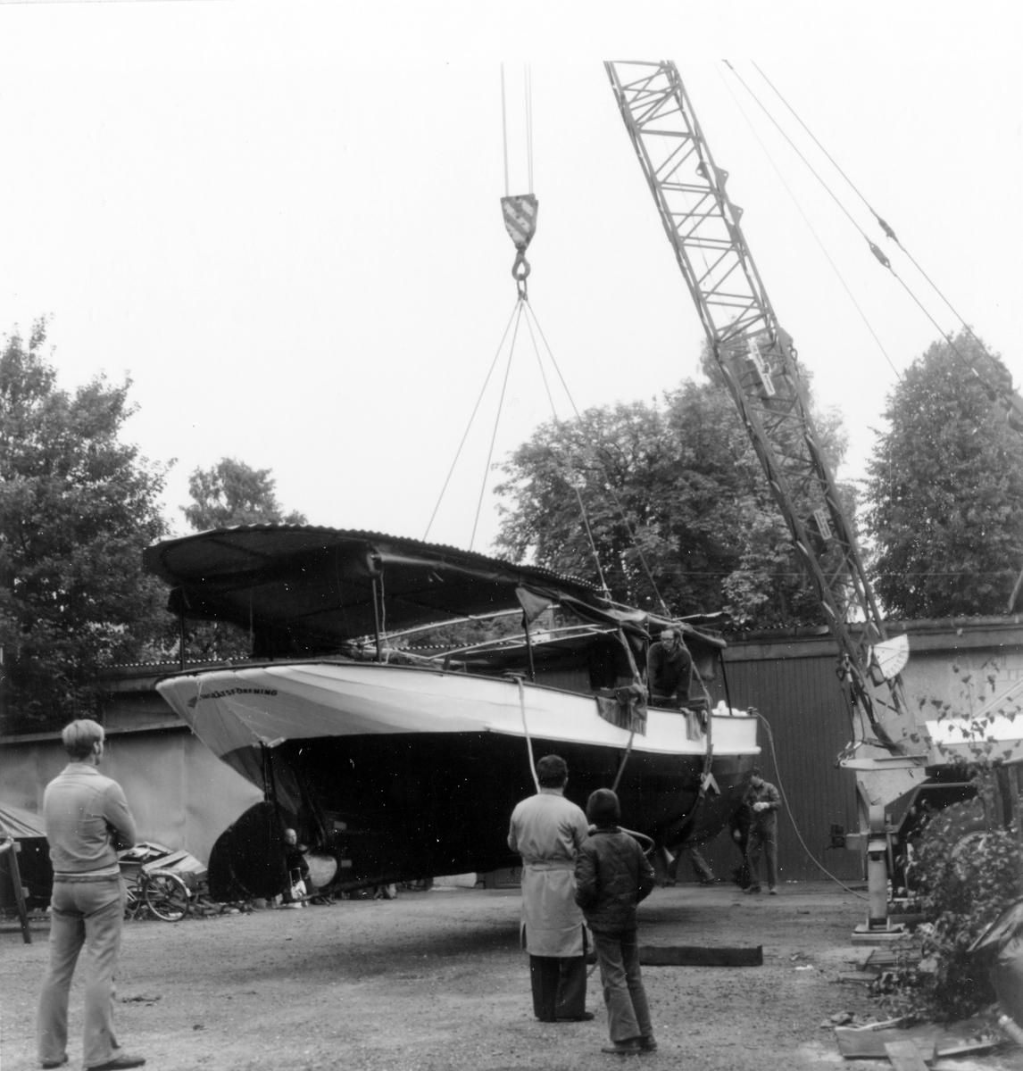 Ångfartyget Jernlunden som Mjörns ångbåtsförening renoverat för trafik på sjön Mjörn sjösätts lördagen den 11 september 1976 i Säveån. Fartyget har legat på Göta Läderfabriks område för reparation sedan maj 1976.