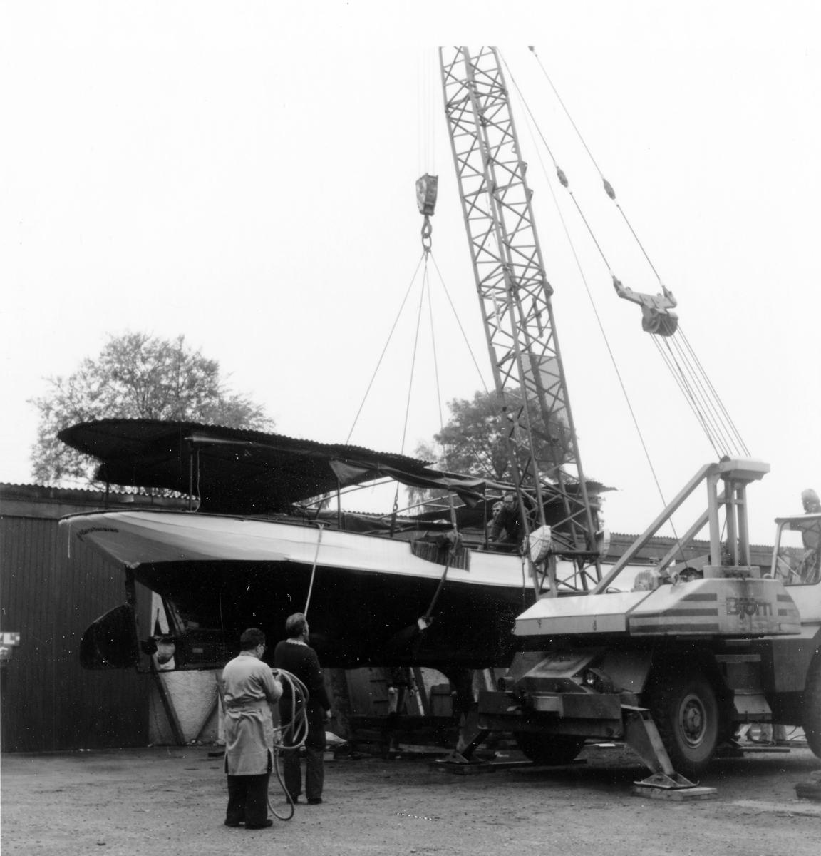 Ångfartyget Jernlunden som Mjörns ångbåtsförening renoverat för trafik på sjön Mjörn sjösätts lördagen den 11 september 1976 i Säveån. Fartyget hade legat på Göta Läderfabriks område för reparation sedan maj 1976.