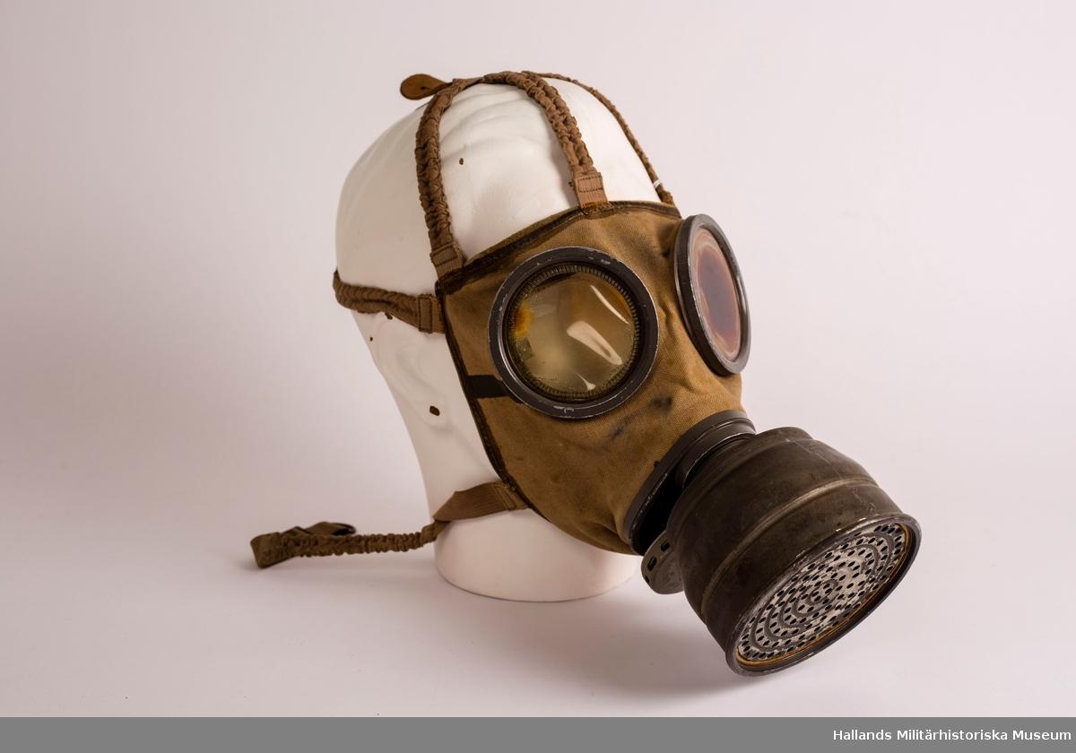 Gasmasken består av: ansiktskydd, ventilhus och behållare. Ansiktskyddet består av vävstomme, ögonskydd, munplatta och bandställ. Ögonskydden består av splitterfria glas som är utbytbara. Ögonskydden har imskydd på insidan. Munplattan är försedd med gängade hål för behållaren och ventilhuset. Bandstället består av pannband, främre och bakre hjässband samt en nackrem.