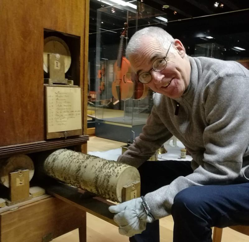 Konservator Mats Kroutén finner skatter inni dreiepositivet fra 1830-tallet. Foto: Ringve Musikkmuseum (Foto/Photo)