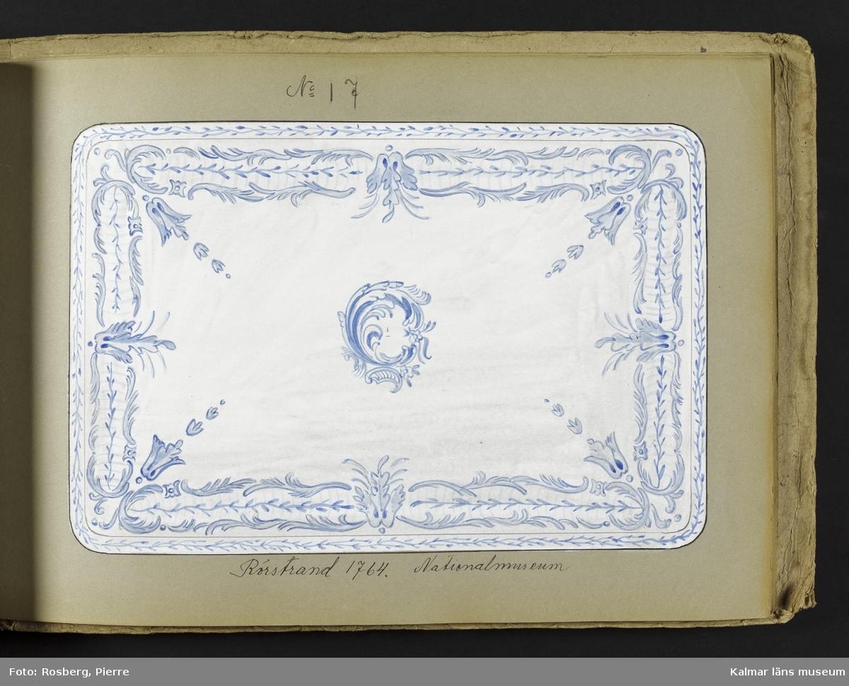 KLM 45132. Katalog. Liggande format. En handritad originalkatalog över dekorerade tebordsskivor. Katalogen innehåller diverse bilder på tebordsskivor, ritade av John Sjöstrand, en del efter äldre förlagor. Tillverkningen av tebordsskivor skedde vid Sandbäcks kakelfabrik under benämning Kalmar fajans. På katalogens framsida: Tebordsskifvor. Katalogens bilder är kolorerade i akvarell och krita på papper.