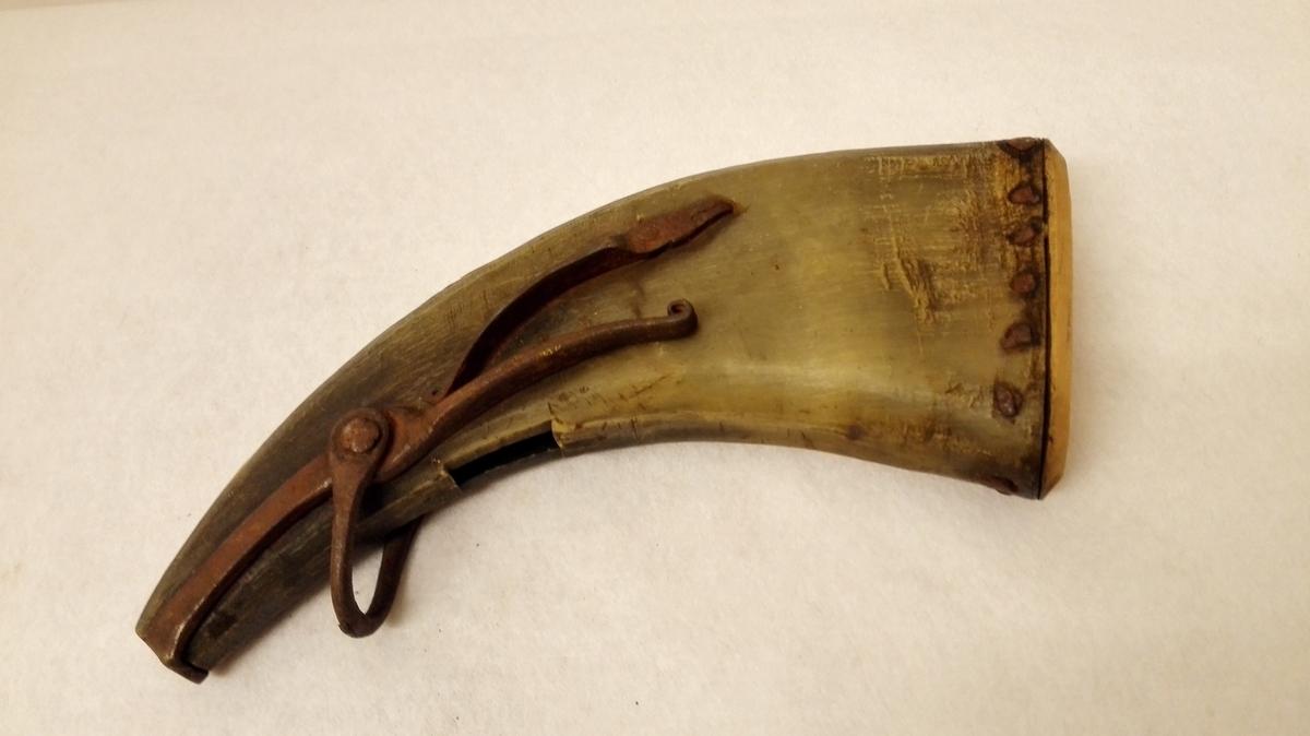 Form: Åpningsmekanisme av jern. Trebotn.